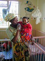Stichting lange leve het Zambiaanse kind : Janet die wordt vastgehouden door verzorgster Agnes