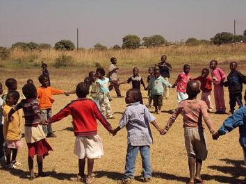 Kinderen in Kabwe zijn blij met het initiatief voor een schooltje